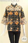 Blouse Batik Solo Untuk Wanita Muda Cocok Buat Kerja Maupun Acara Santai, Hadir Dengan Paduan 2 Motif Model Kerah Shanghai Lengan 7/8 Dan Kancing Depan [BLS9570C-M]